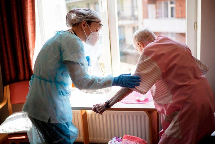 Ouderen in tehuizen, zoals hier in Brussel, zijn extra kwetsbaar.
