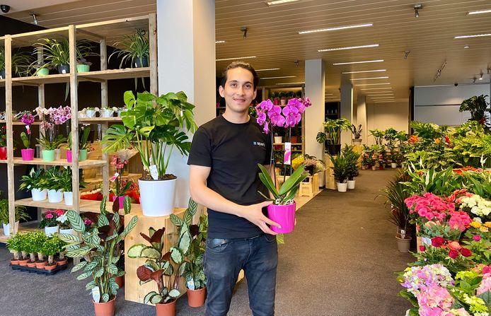 Ramin Hassani in zijn gloednieuwe bloemen- en plantenwinkel 'Via Flora'