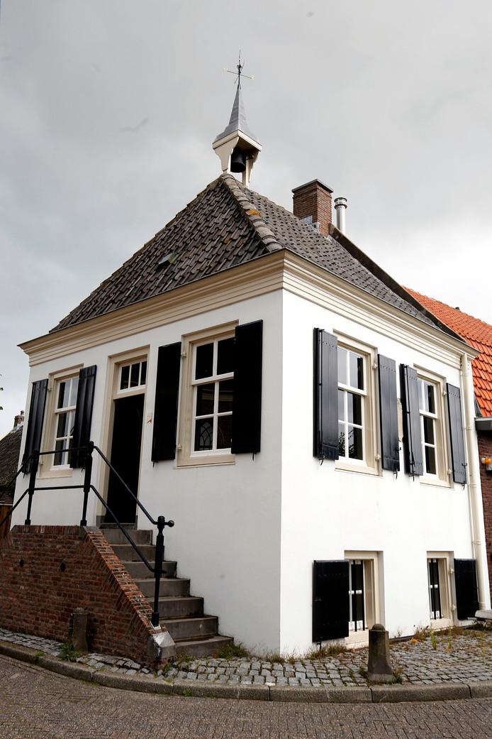Tegenover de kerk staat het monumentale polderhuisje. Zo nu en dan wordt daar door het gemeentebestuur van de nieuwe fusiegemeente West Betuwe, waar Acquoy tegenwoordig onder valt, in vergaderd.