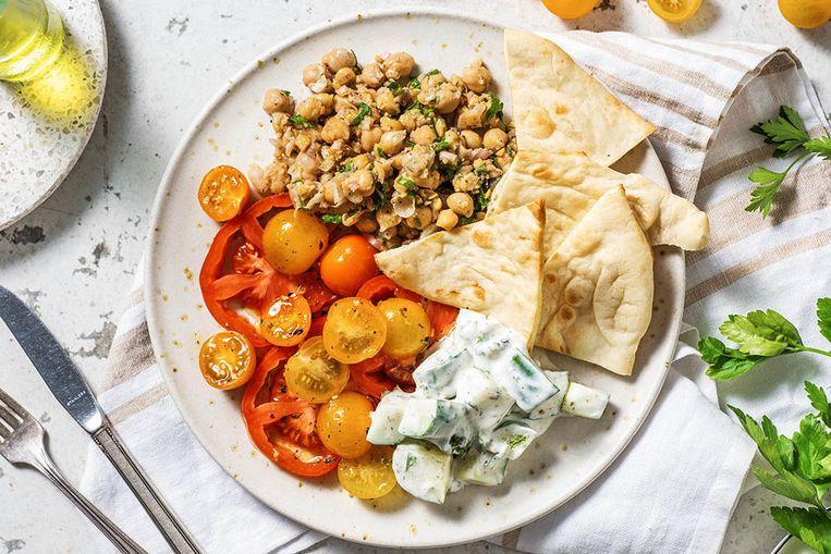 Hello Fresh: Midden-Oosters gekruide tomaten met kikkererwten, yoghurt, komkommersalade en naanbrood Beeld rv