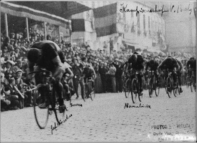 Het BK Wielrennen in de vorm van eendaagse koers ging voor het eerst door in Brasschaat in het jaar 1926. Honderd jaar later is dat opnieuw het geval. Noot: deze foto is een beeld van het BK Wielrennen in Brasschaat uit 1930
