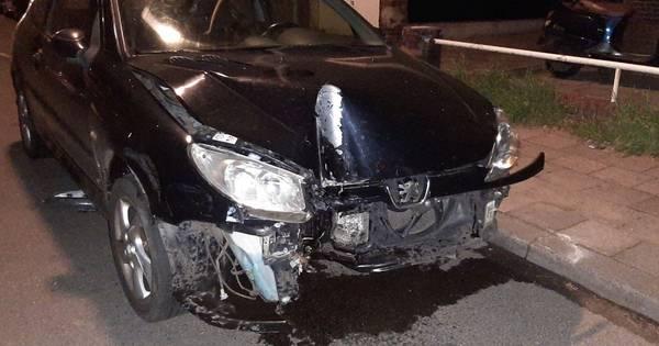 Bestuurder rijdt door en vlucht na eenzijdig ongeval in Almelo.