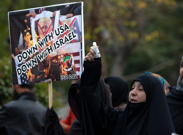 Pakistaanse moslims demonsteren tegen de Verenigde Staten en Israél na de moord op de Iraanse generaal Soleimani.