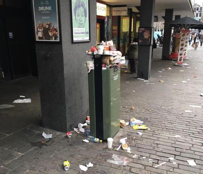 Overvolle vuilbakken in Gent afgelopen weekend.