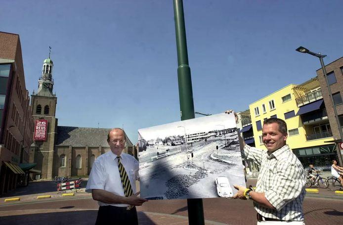 In 2002 werd het huidige winkelhart van Etten-Leur officieel geopend. Twan Robbeson (rechts) was organisator van het openingsfeest en Hans van Agt (links) was toentertijd de burgemeester van Etten-Leur. Beiden tonen een foto met daarop de oude rijksweg A58 die Etten-Leur doorkruiste.