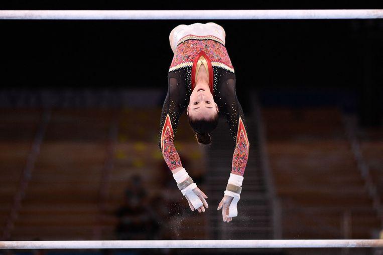 Nina Derwael tijdens haar gouden oefening in het Ariake Gymnastics Centre. Beeld AFP
