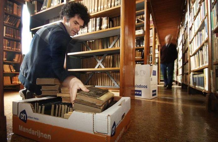De bibliotheek van het Kruisherenklooster aan het Lieve Vrouwenplein in Uden wordt leeggehaald. Een deel van de boekencollectie gaat naar het Museum voor Religieuze Kunst.foto Jeroen Appels/Van Assendelft