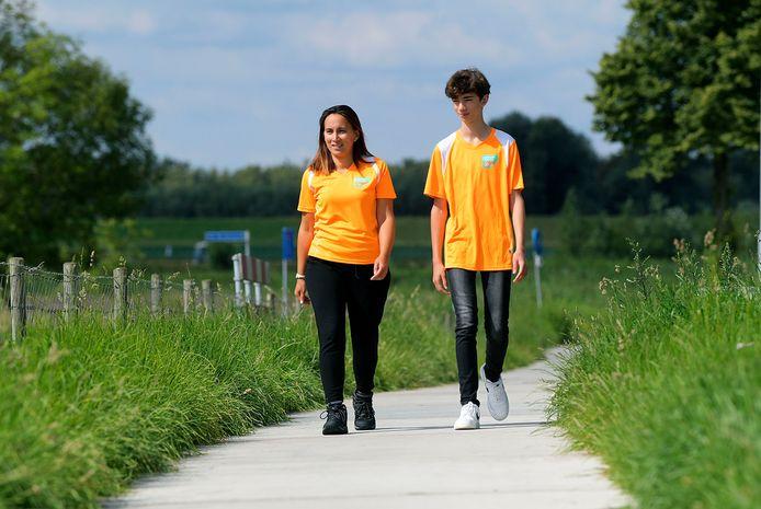 Esmée Manuhutu en haar zoon Noé Snikkers in de shirts van de actie Support Casper, waarvoor ze tijdens de Alternatieve Vierdaagse geld ophalen.