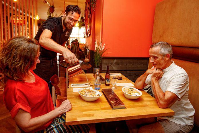 De saoto soep wordt op bijzondere wijze gepresenteerd bij Tante Wonnie.