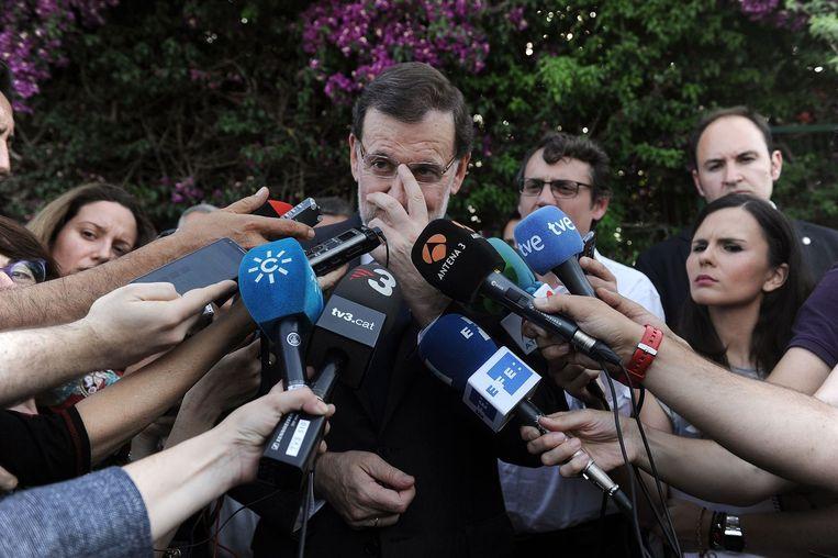 De Spaanse premier Mariano Rajoy, gisteren in gesprek met journalisten na de crash Beeld AFP