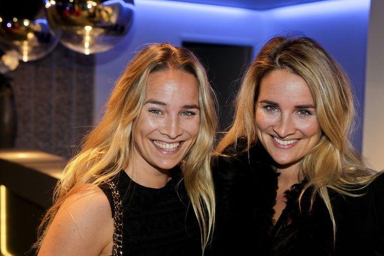 Lieke van Lexmond (R) en zus Jetteke bij de modeshow van Claes Iversen in Amsterdam. Beeld null