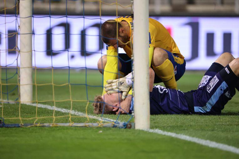 Doelman Jackers barst in tranen uit. Vukotic steekt hem een hart onder de riem. Beeld Photo News