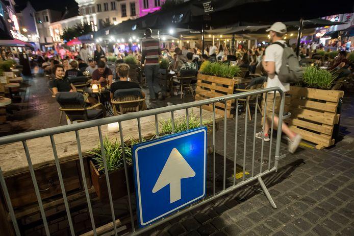 Een verkeersbord geeft de verplichte looprichting aan in het gebied rond de Havermarkt. Stappers moeten daar 1,5 meter afstand van elkaar houden, en stilstaan is verboden. dit is een van de maatregelen die burgemeester Depla doorvoert om 'de teugels meer aan te trekken'.