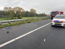Auto crasht tegen vangrail: A1 bij Deventer deels afgesloten