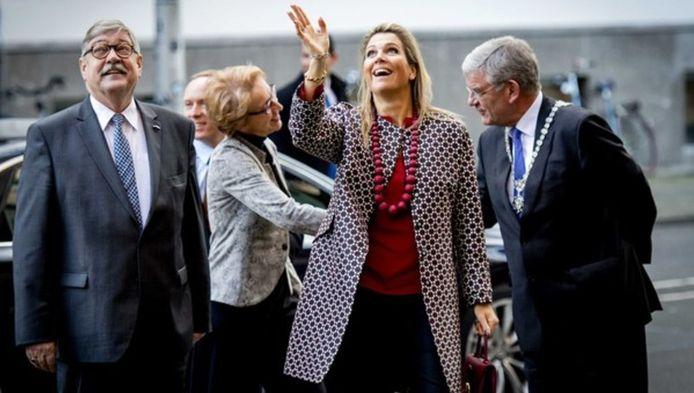 Koningin Máxima zwaait naar de deelnemers van het evenement over sociaal ondernemen bij Seats2Meat. Rechts burgemeester Jan van Zanen, links commissaris van de koning Willibrord van Beek.