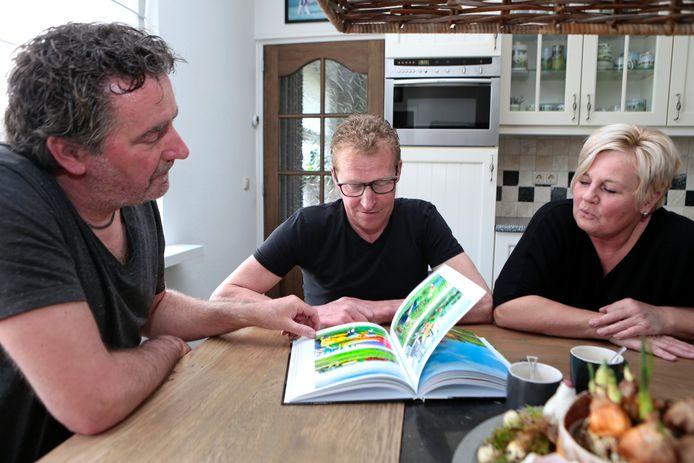 Arie van der Wulp (links) overhandigde onlangs het eerste exemplaar aan Jan en Ingrid Eijkelenboom uit Giessenburg
