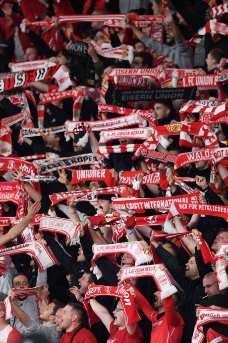 Duizenden Duitse voetbalfans onderweg naar Rotterdam: politie staat op scherp