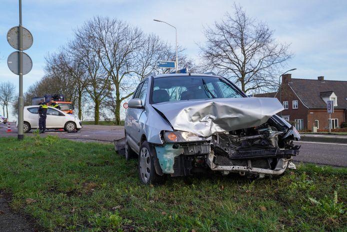 Op de kruising van de Meerstraat en de N329 in Megen zijn twee auto's tegen elkaar gebotst.