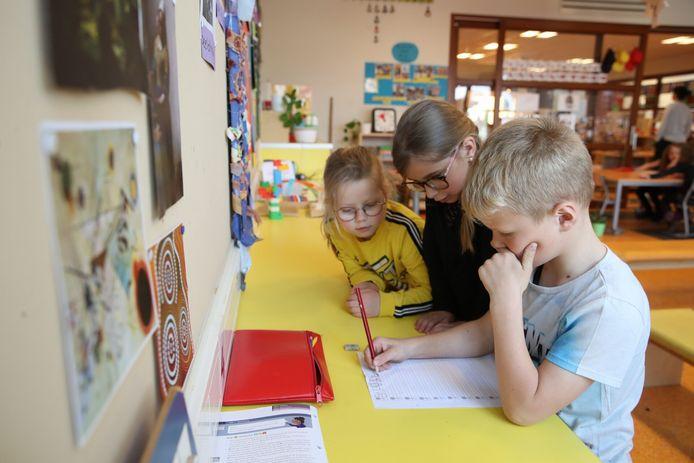 Groep 3 van PlatOO-basisschool Het Klokhuis in Beek en Donk krijgt les in schrijven.