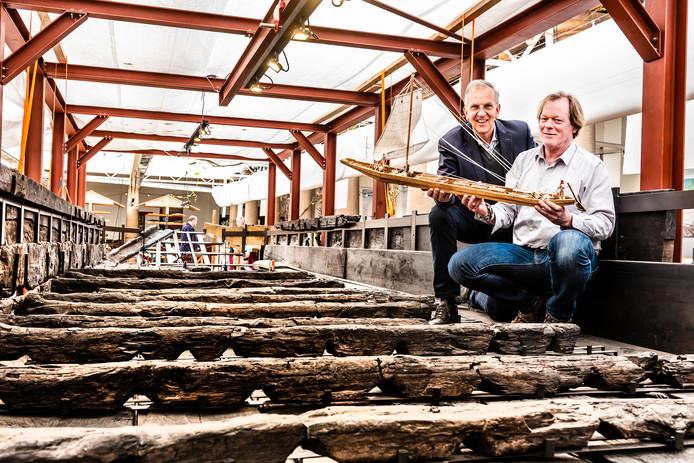 Tom Hazenberg en Jack Veldman zitten in de gerestaureerde achtersteven van het Romeinse schip in Archeon.