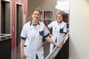 Neuroloog Susanne Jurg (links) en tropenarts Rosa Roemers versterken de intensive care in ziekenhuis ZGT in Almelo.