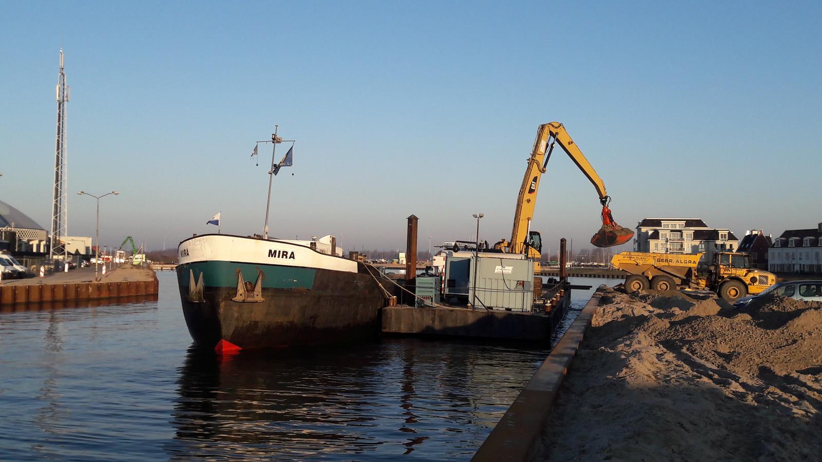 Schip Mira brengt zand, afkomstig uit de vaargeul van het Wolderwijd, naar de loswal. Het zand wordt gebruikt op de Zuiderzeeboulevard en op het toekomstig woningbouwgebied in het Waterfront.