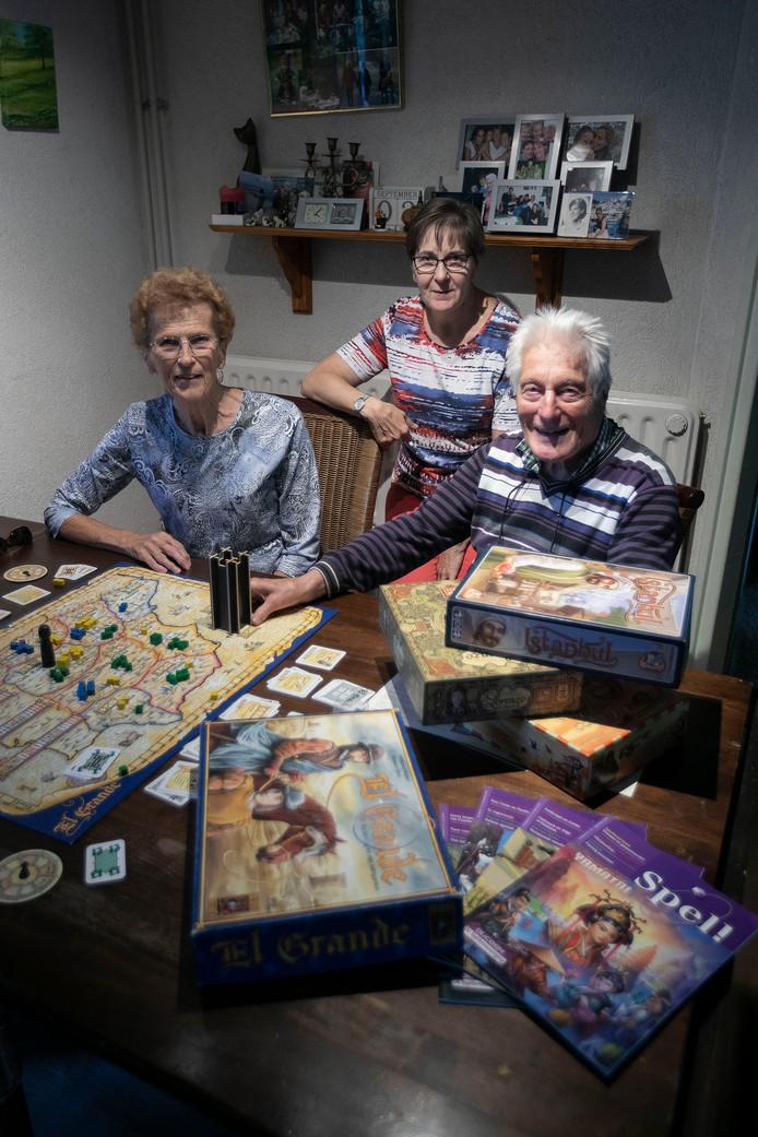 Corrie Sleutjes, Tillie Sillen en Paul Holtermans van bordspelclub PVGE.