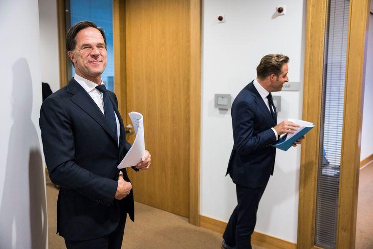 Demissionair premier Mark Rutte en demissionair minister Hugo de Jonge (Volksgezondheid, Welzijn en Sport) vooraf aan de persconferentie.  Beeld Arie Kievit