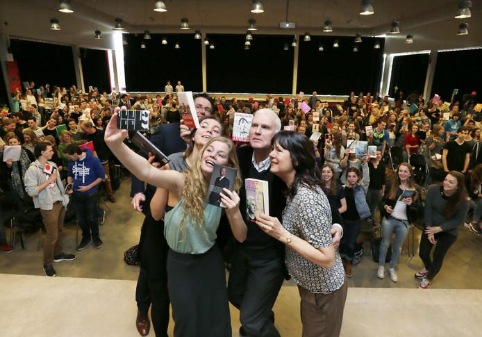 De presentatrices Dinda en Kris maken samen met Adriaan van Dis, Carolijn Visser en organisator en docent Jos Lanters een selfie tijdens de 25e OLV Literair in 2014.