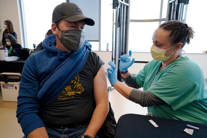 Een leraar wordt gevaccineerd in Denver, Colorado, in de Verenigde Staten.