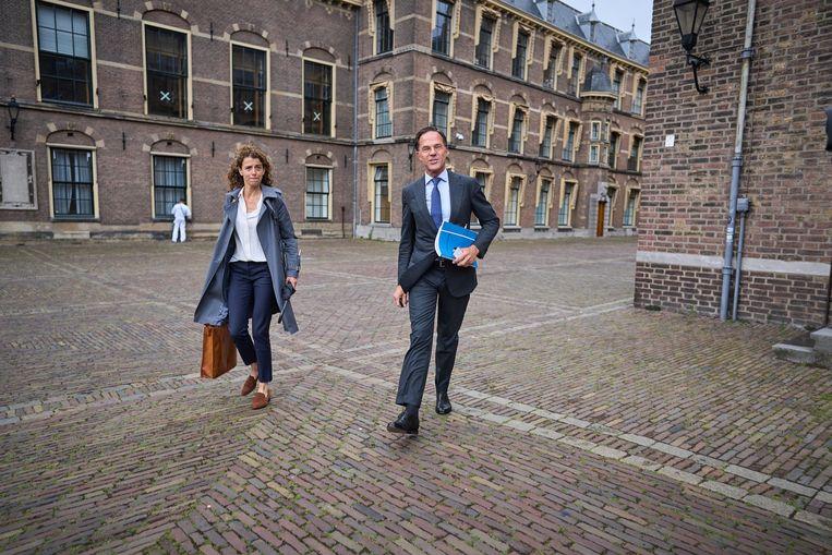 Informateur Mariette Hamer ontvangt vanochtend de onderhandelaars Mark Rutte en Sophie Hermans (van de VVD) en Sigrid Kaag en Rob Jetten (D66). Beeld Phil Nijhuis