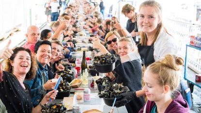 550 gasten, 660 kilo mosselen: Johan Boskamp eregast op langste mosseltafel van ons land