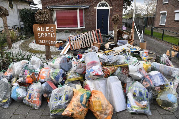 Een nieuwe eigenaar van een huis zet rotzooi aan de straat. Beeld Marcel van den Bergh /de Volkskrant