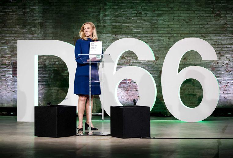 Lijsttrekker Sigrid Kaag met het verkiezingsprogramma tijdens het partijcongres van D66.  Beeld ANP