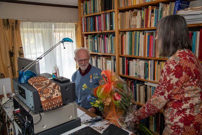 De vrouw van Hans Maas nam de burgemeesterstaken waar door haar echtgenoot het lintje op te spelden en de bijhorende bloemen te overhandigen.