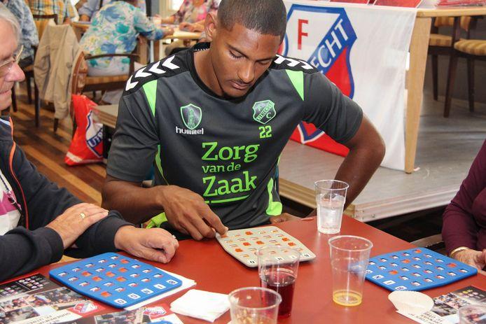 Sébastien Haller ging eerder met FC Utrecht op bezoek bij ouderen in Hof Batenstein in Vianen.