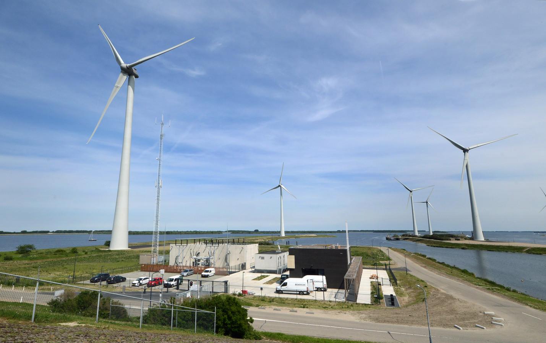 Windpark Krammer bij Bruinisse. Overzicht vanaf de Krammersluis: rechts (met donkere gevel) het servicegebouw, in het midden het bedieningsgebouw en links het transformatorstation.