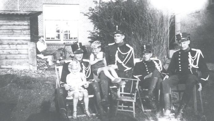 Een zwarthandelaar (achter) bleef vanwege het eten hangen op de kazerne.