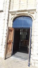 De ingang aan de Kerkstraat zit verstopt aan de zijkant van de Gertrudiskerk.