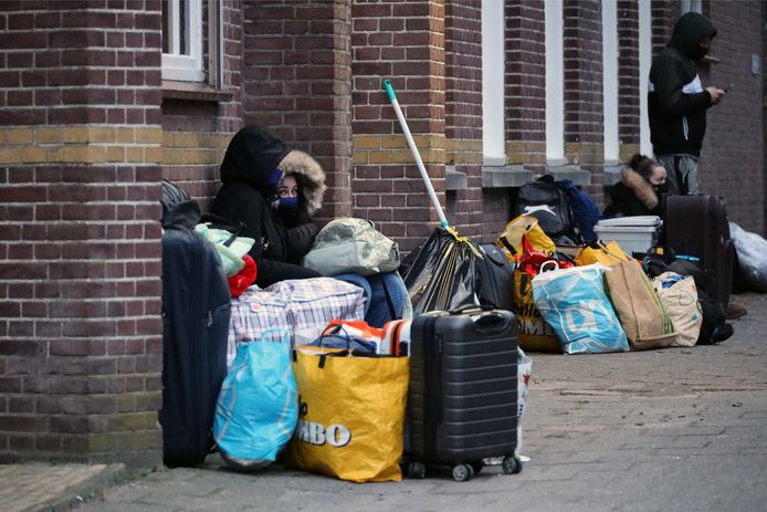 Door de tijdelijke sluiting van het voormalige klooster aan de Erasstraat in Kaatsheuvel moesten ruim vijftig arbeidsmigranten hun biezen pakken.