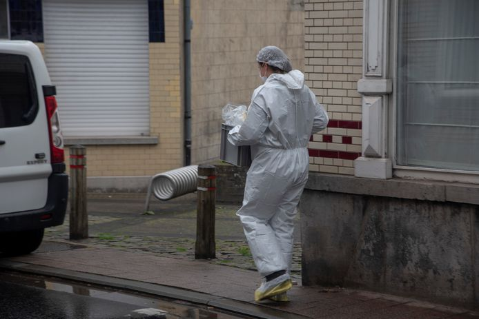 Het gerechtelijk labo voert onderzoek uit in een woning aan de Van Cromphoutstraat in Wetteren en nam verschillende zaken in beslag.