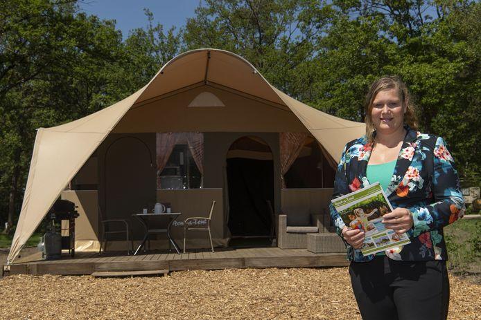 Rent-a-tent is het kampeerseizoen begonnen op camping landgoed kattenbergse hoeve met tenten met privesanitair. Marieke de Boer van rent-a-tent bij zo'n tent.