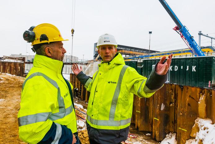De projectleiders Albert Hazeleger (Prorail) en Reinier Mieris (BAM) maken vrijwel dagelijks gezamenlijk een rondje over het bouwterrein om de voortgang te bewaken, afwijkingen te constateren. Door de vorstperiode heeft de arboveiligheid op dit moment extra de aandacht.