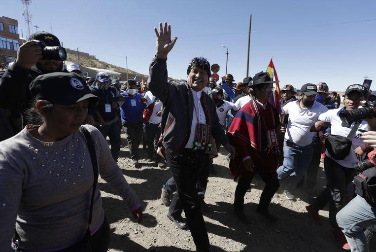 De voormalige president van Bolivia Evo Morales begroet aanhangers in Rio Mulato. Een dag eerder keerde Morales na een jaar terug uit ballingschap in Argentinië. Beeld EPA