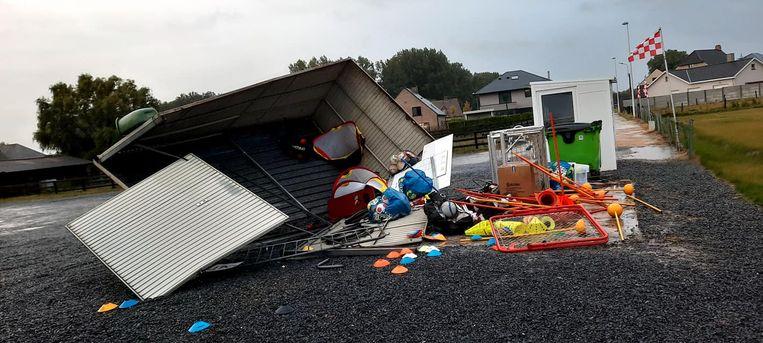 Bij FC Smetlede vernielde de storm een container met trainingsmateriaal. Beeld RV