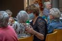 Muziekspecialist Imelda Hack (met mondkapje) begeleidt een bewoonster tijdens de muziekmiddag.