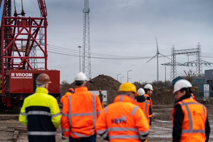 De eerste paal voor de windmolen op De Rietvelden, op de achtergrond de windmolen op Treurenburg.