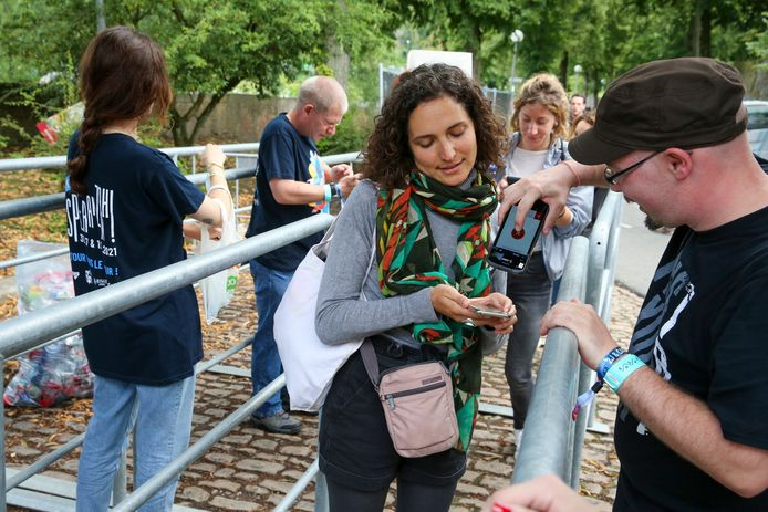 Illustratiebeeld. Een medewerker scant de QR-code van het Covid Safe Ticket tijdens het Petit Esperanzah festival in Floreffe. (31/07/2021)