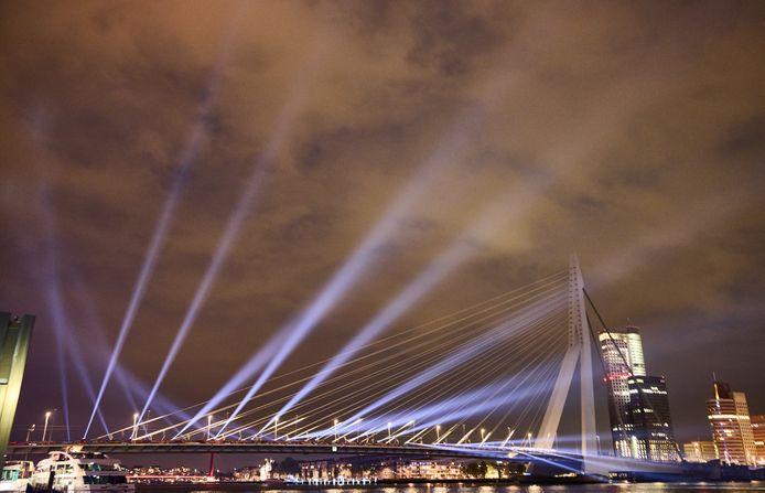 De Erasmusbrug is vanwege het Eurovisie Songfestival speciaal verlicht.