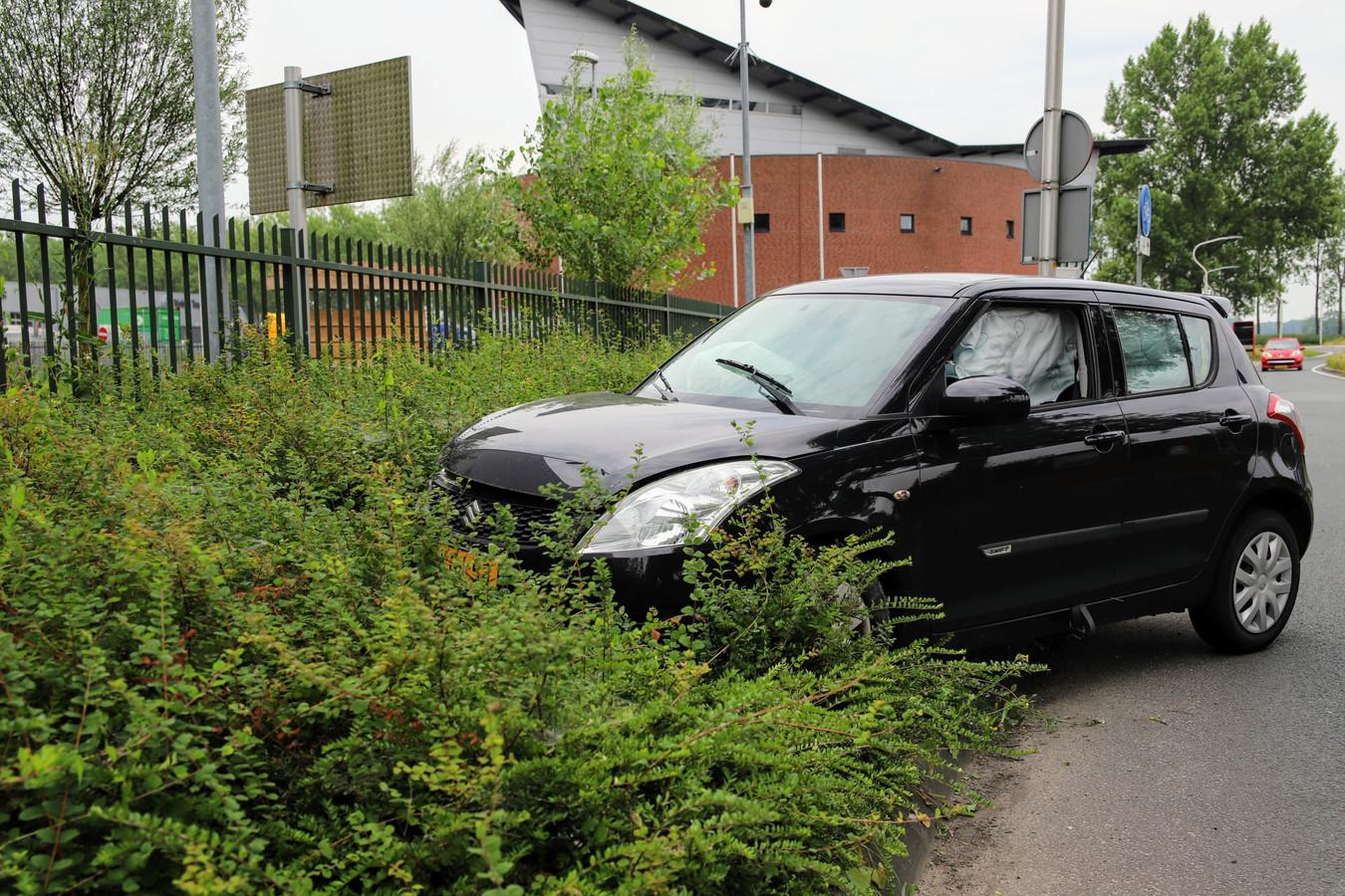 Een van de auto's belandde in de berm.